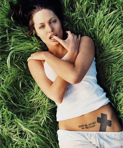 tatuaje del estomago de Angelina Jolie