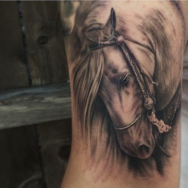 Tatuaje de caballo realista por Miguel Camarillo