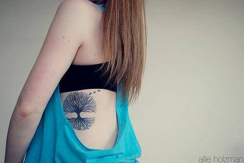 Muy bonito tatuaje de arbol en las costillas