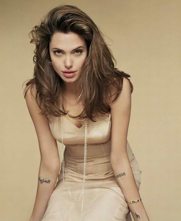 Hasta Angelina Jolie tiene un tattoo arabe en el brazo diciendo