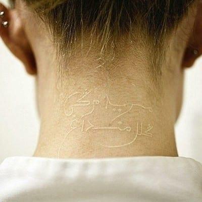 Tatuaje Árabe con tinta blanca, otra posibilidad.