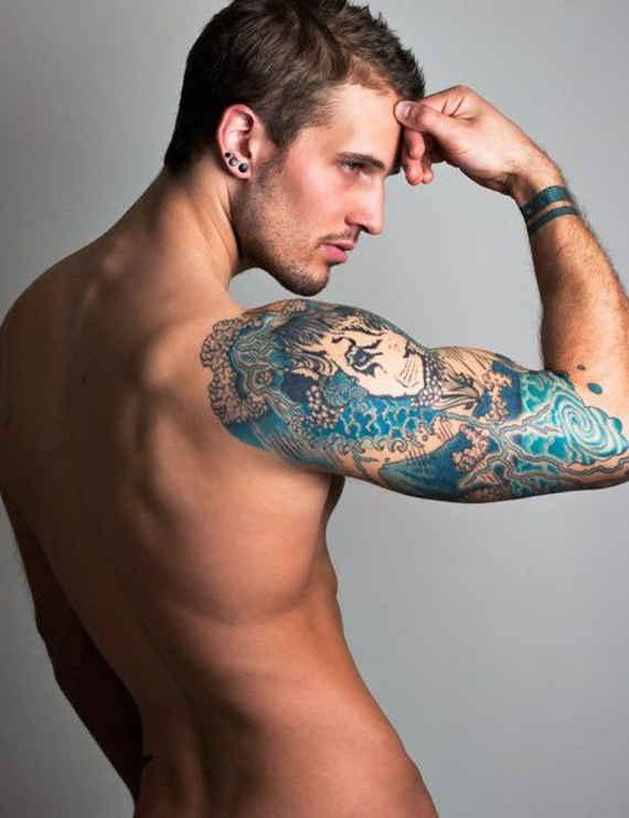 Tatuaje sexi para hombre de colores en el brazo
