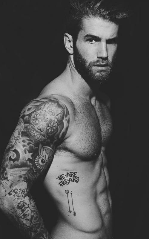 tatuajes sexis para hombres cogiendo todo el brazo derecho