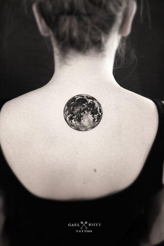 Tatuajes con significado, luna en la espalda.