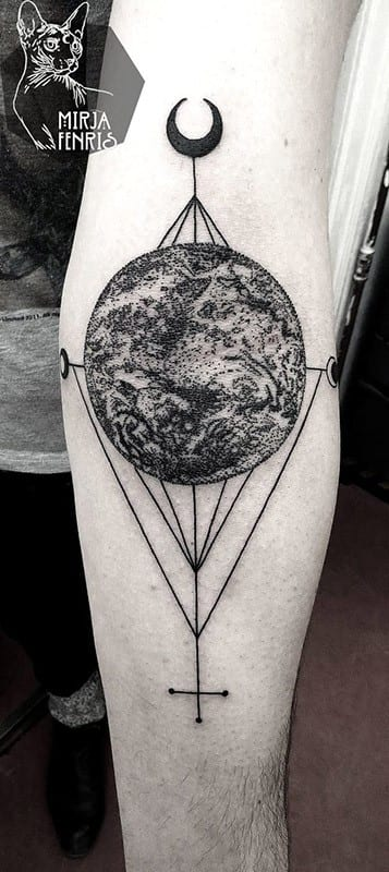 tatuaje de luna al estilo blackwork