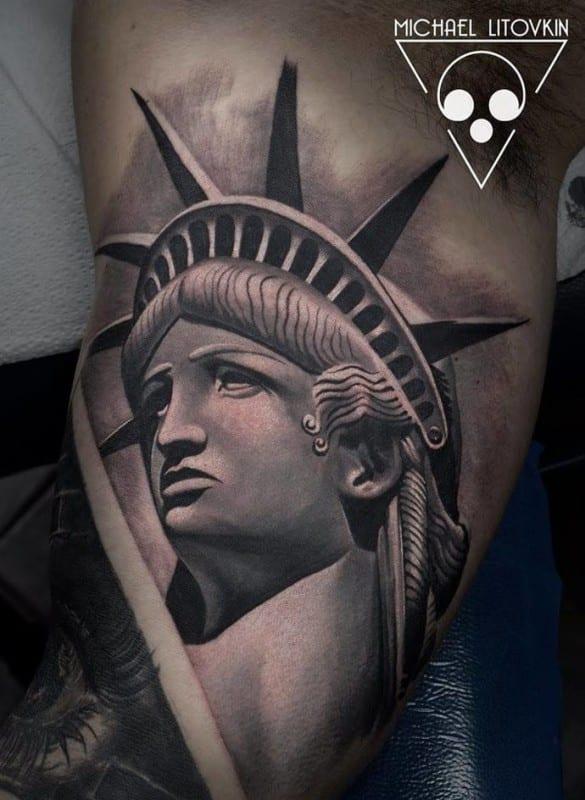 Tatuajes de monumentos, con esta estatua de la libertad de Michael Litvokin.