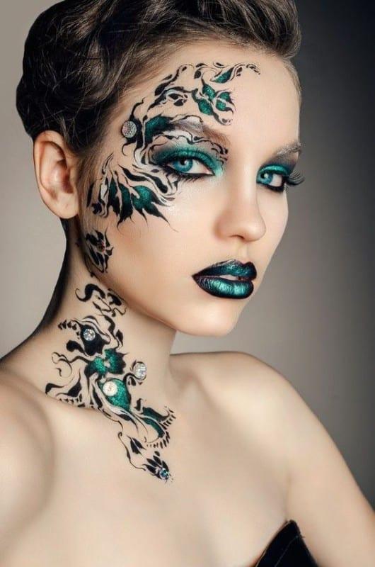 Tatuajes temporales con aerosol. Tambien llamado body painting.