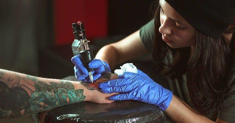 Alumna del EOMTP tatuando